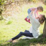 musica madre gioca con bambina