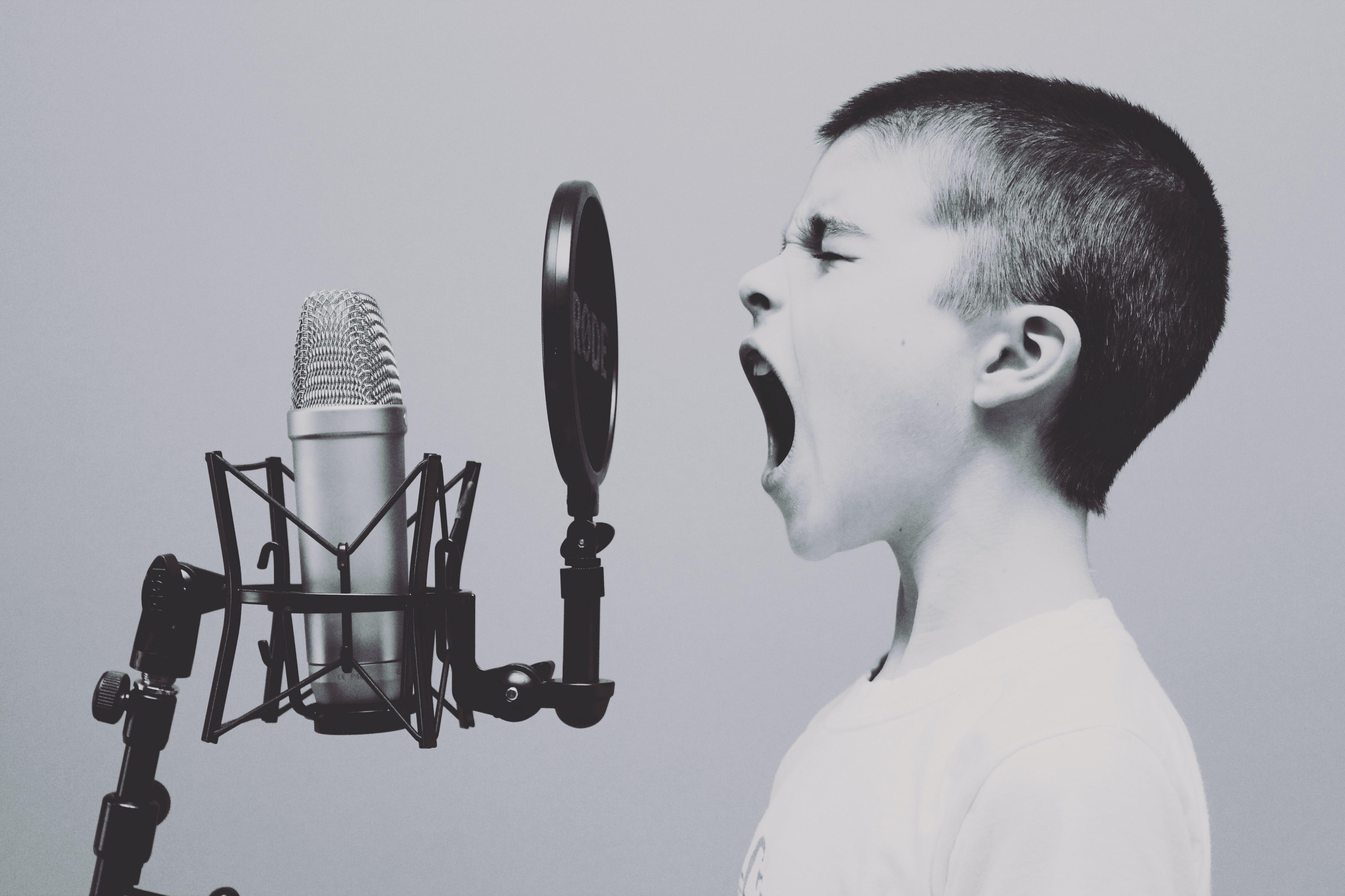 Rabadan bambino che grida al microfono