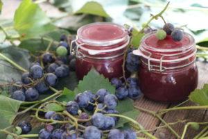 vasetti di confettura uva fragola biscottini
